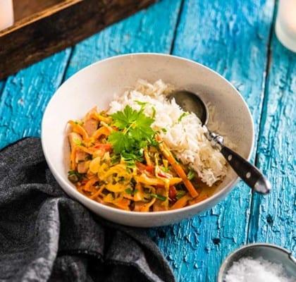 Falukorvsgryta med grönsaker, kokosmjölk och curry