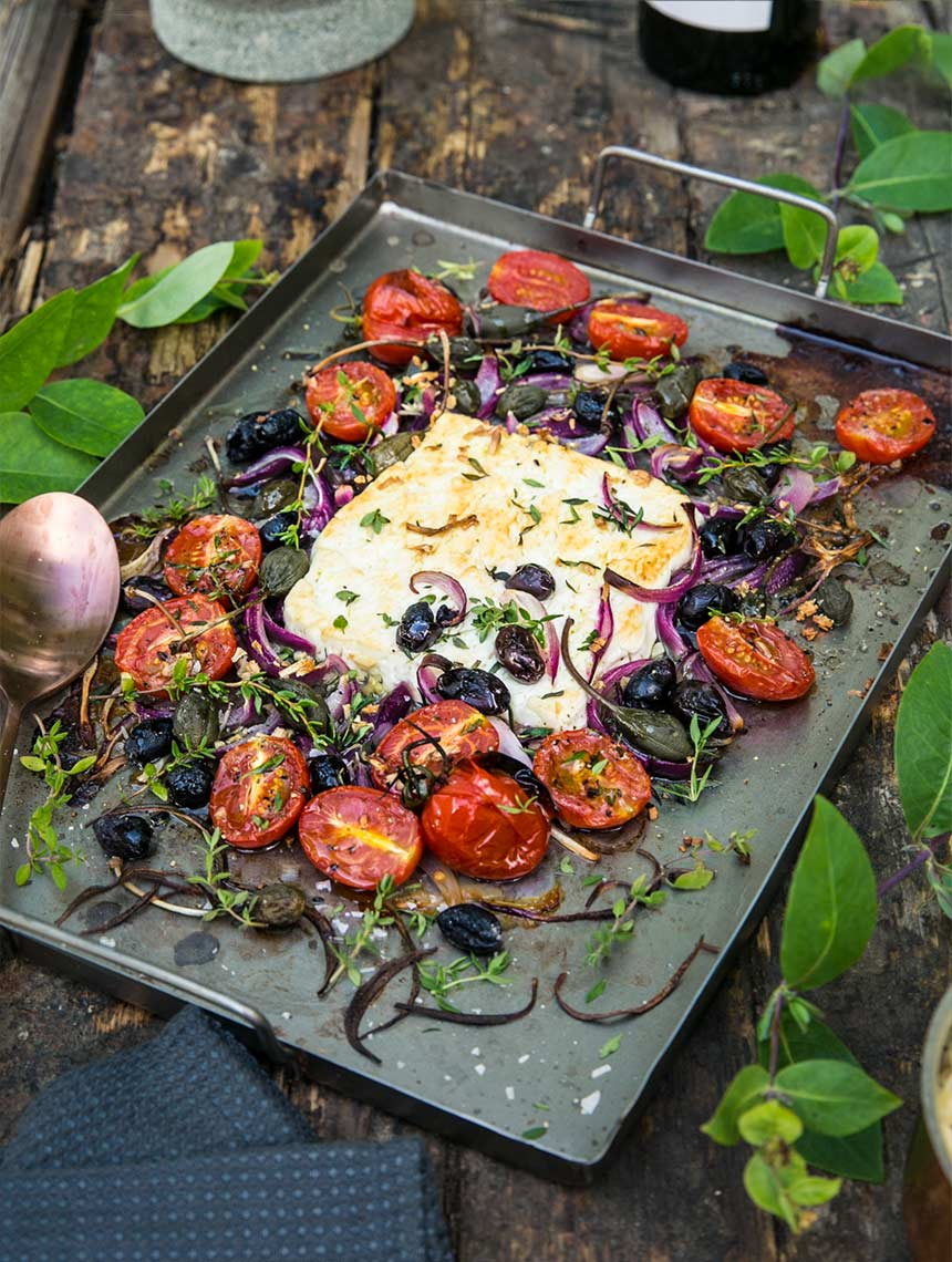 Bakad fetaost med vitlök, oliver, kapris och småtomater