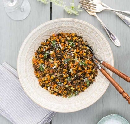 Knaprig sallad med linser, morötter och solrosfrön