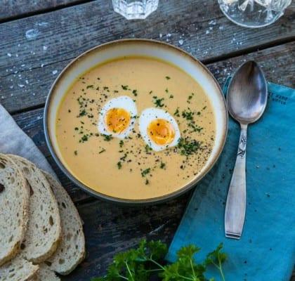 Krämig morotssoppa med röda linser och gul curry