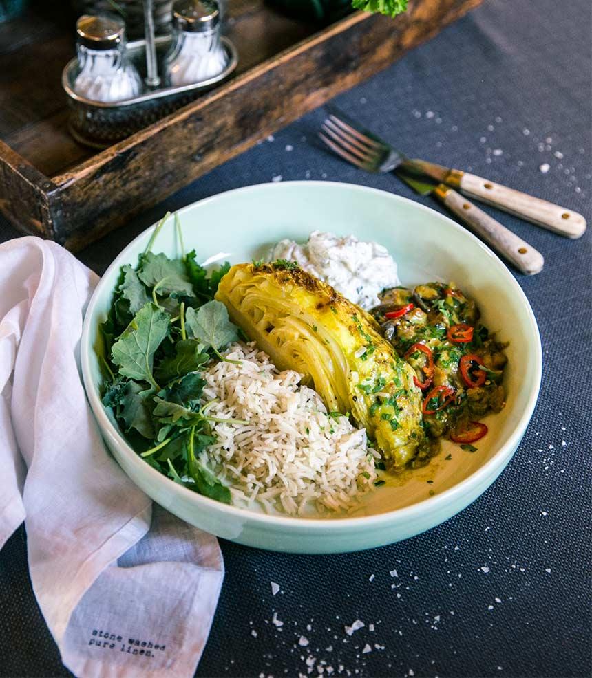 Spetskålskvartar i gräddig curry med ris och raita