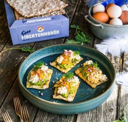 Festliga tunnbrödssnittar med löjrom, äggröra och ärtpesto