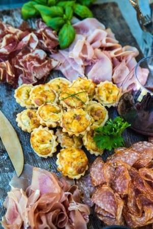 Små minipajer med gräslök och ost – till plockbrickan