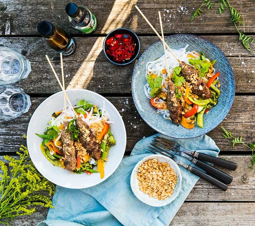 Grillade köttfärsspett med grönsaker, nudlar och sesamolja