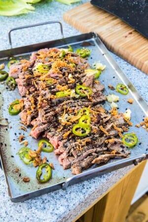 Grillad flankstek i salladsblad med nudlar, grönsaker och srirachamajjo