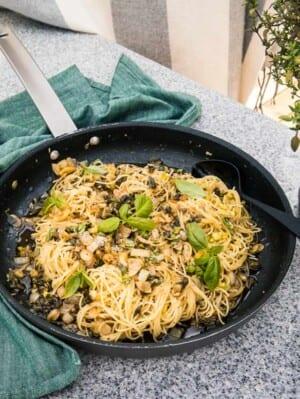 Enkel pasta med kapris, nötter och zucchini