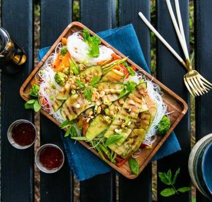 Grillad zucchini med nudlar, grönsaker och jordnötter
