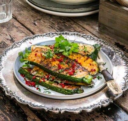 Grillad zucchini med curry och chili