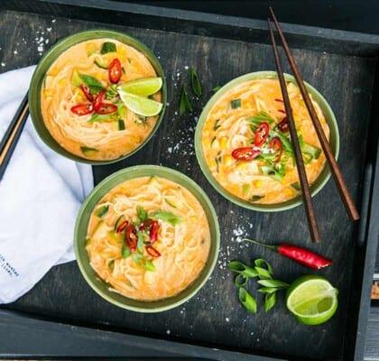 Röd currygryta med nudlar, kokosmjölk och zucchini