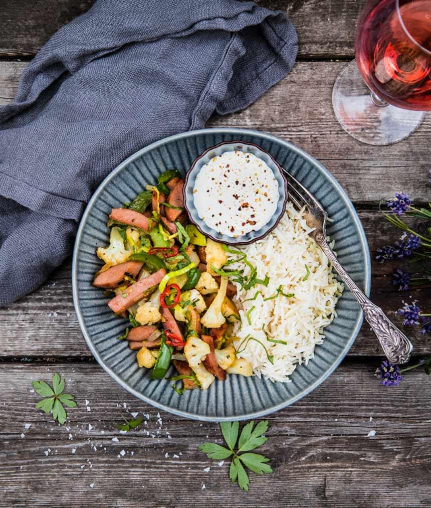 Falukorvspanna med blomkål, paprika och sesamolja