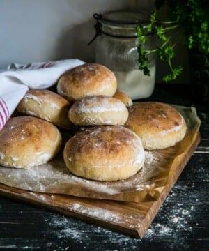 Hamburgerbröd med surdeg