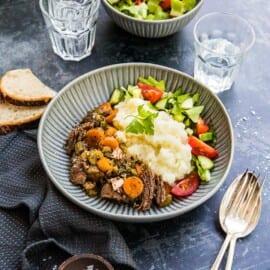 Mustig köttgryta med timjan, öl och morötter i Crock-Pot