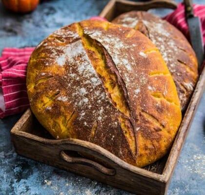 Läckert orange surdegsbröd med blomkål och pumpa