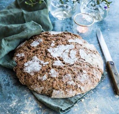 Surdegsbröd med kornmjöl