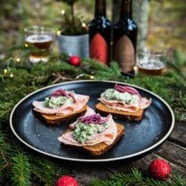 Julsmörrebröd med julskinka, gräddkokt grönkål och julpicklad rödlök