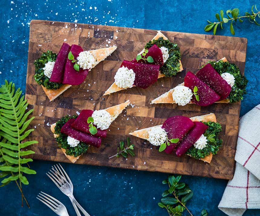 Snittar med viltpicklad rödbeta, grönkålschips och senapscreme