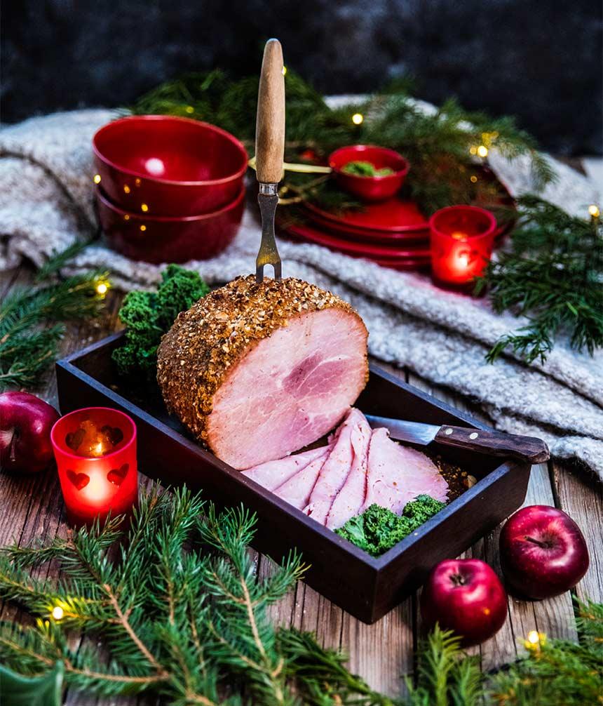 Julskinka griljerad med pepparkaka, äpple och mandel