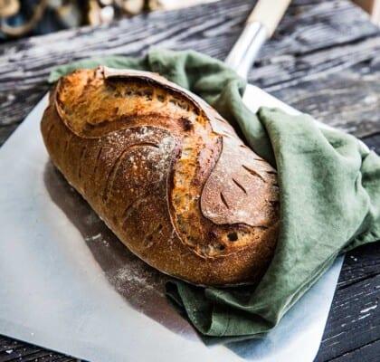 Frasigt surdegsbröd med manitoba cream och rågmjöl