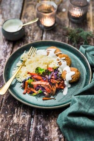 Falafel med vitlöksris och sesamsallad