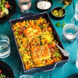 Ugnsbakad hel halloumi med ris och sötpotatis