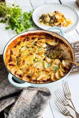 Potatisgratäng med köttfärs, oliver och ärtor
