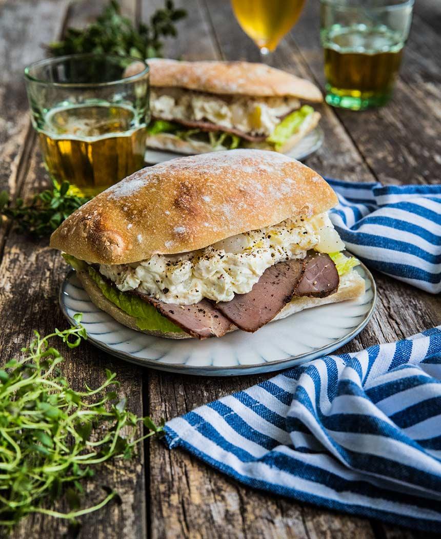 Mackor med rostbiff, potatissallad och syltlök