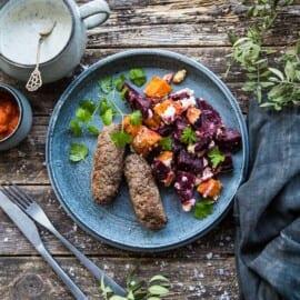 Köttfärsjärpar med ugnsbakade rödbetor och sötpotatis med fetaost