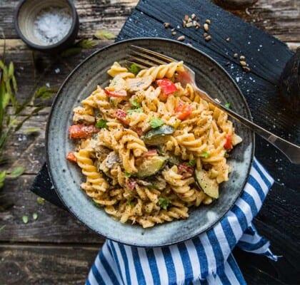 Enkel pasta med champinjoner, paprika och zucchini