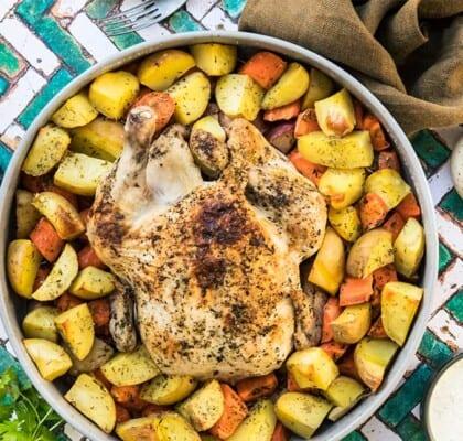 Hel kyckling i ugn med potatis, morötter och äpple
