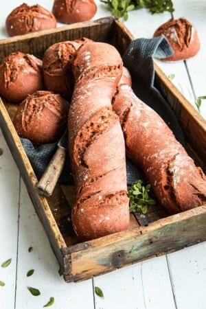 Rödbetsbaguetter och rödbetsfrallor med surdeg