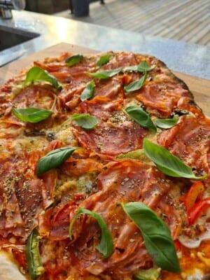 Grillad surdegspizza med salami, paprika och champinjoner