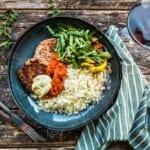 Vegobiffar med ris, ajvar och sallad