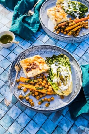 Grillad hjärtsallad med potatisgratäng, rostade kikärtor och morötter med morotsblastolja