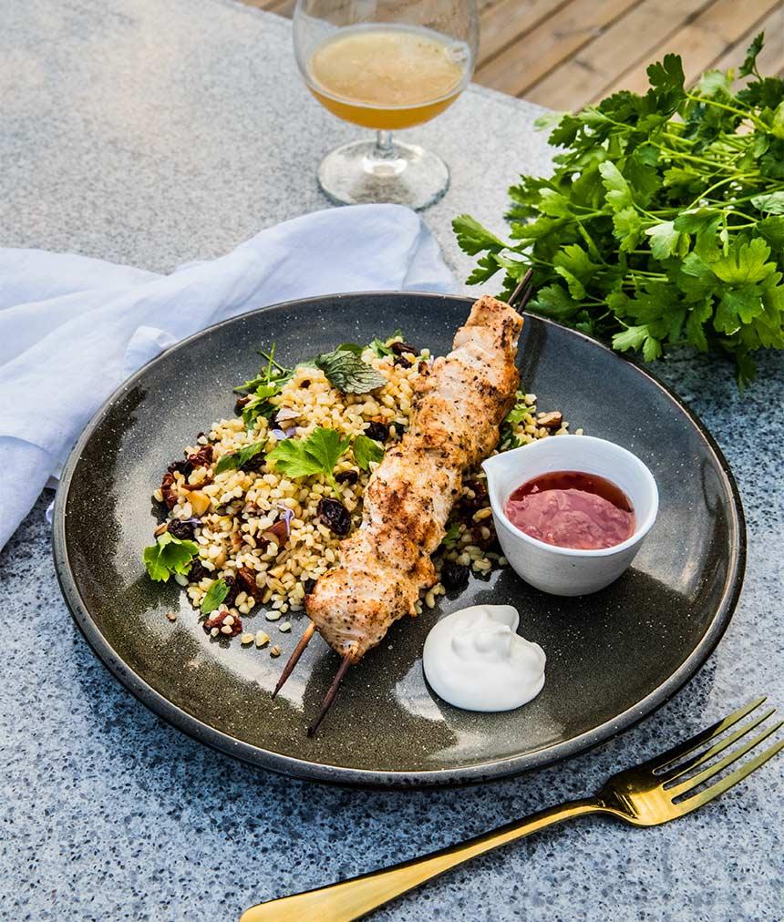 Grillade kycklingspett och bulgursallad med russin och mandel