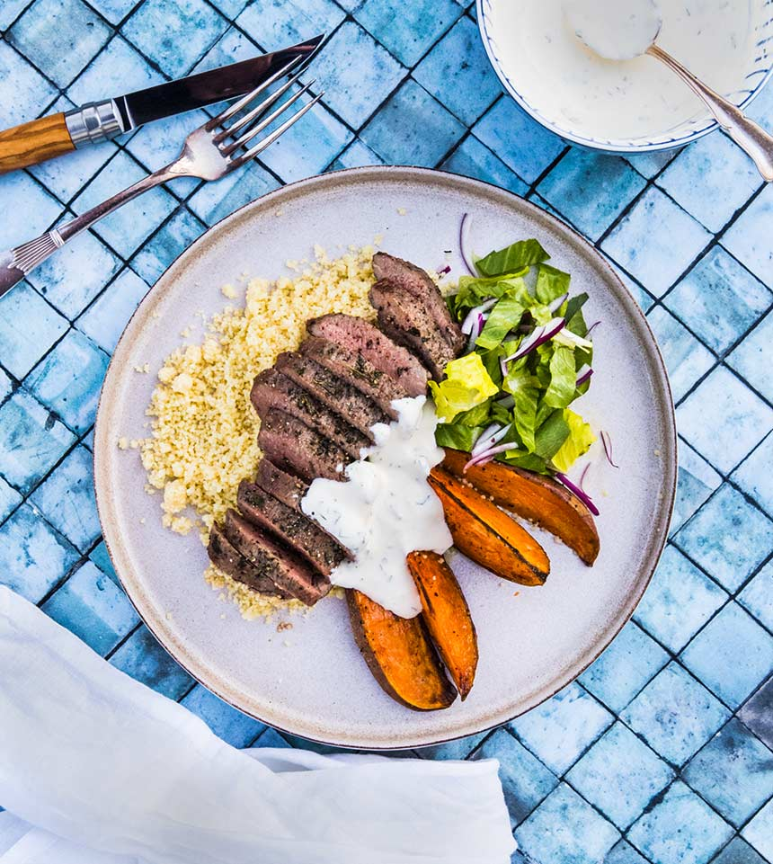 Grillad lammytterfilé med sötpotatisklyftor, couscous och myntasås