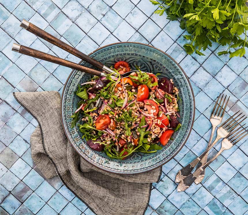Matig sallad med rödbetor, tomater, korn och pumpafrön