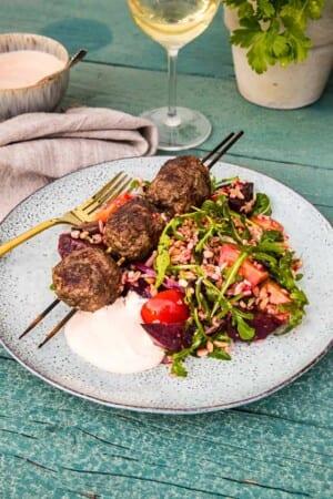 Grillade köttbullar på spett med matig sallad