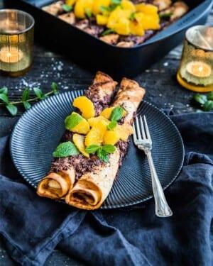 Gratinerade crêpes med apelsin och mörk choklad – Från boken Allt i ett-rätter – Lättlagat i panna, plåt, form och gryta