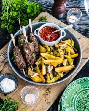 Lammfärsjärpar med fetaost, rosmarin, klyftpotatis och oliver – Från boken Allt i ett-rätter – Lättlagat i panna, plåt, form och gryta