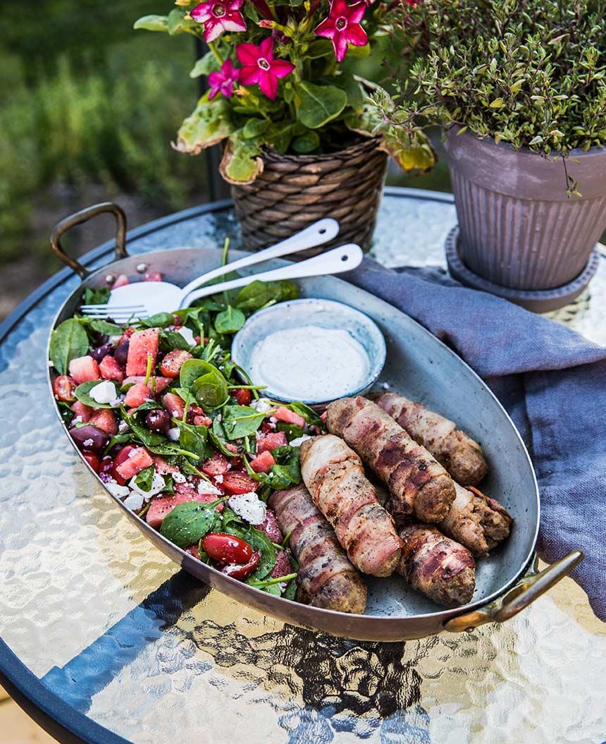 Grillade, baconlindade köttfärsjärpar med vattenmelonsallad