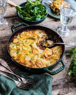 Potatisgratäng med köttfärs, paprika och spenat – Från boken Allt i ett-rätter – Lättlagat i panna, plåt, form och gryta