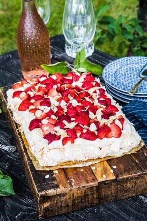 Maräng- och sockerkakstårta med jordgubbar, grädde och rabarbercurd