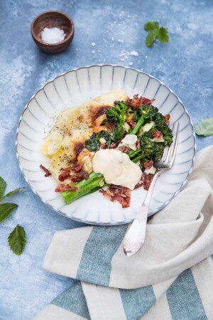 Smör- och vitlöksfräst broccolini med bacon och potatisgratäng