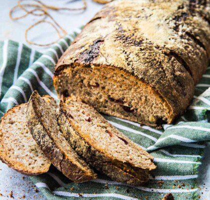 Surdegsbröd med rågmjöl, hasselnötter och tranbär