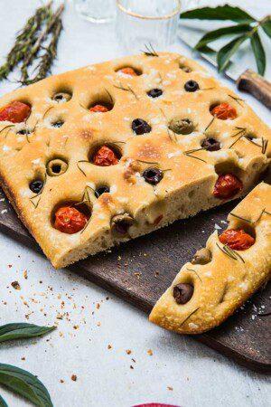 Surdegsfocaccia med tomater och oliver