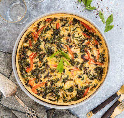 Vegetarisk paj med smörstekta champinjoner, grönkål och zucchini