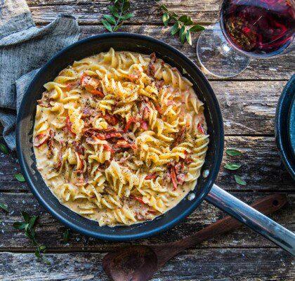 Krämig pasta med lök, bacon och soltorkade tomater