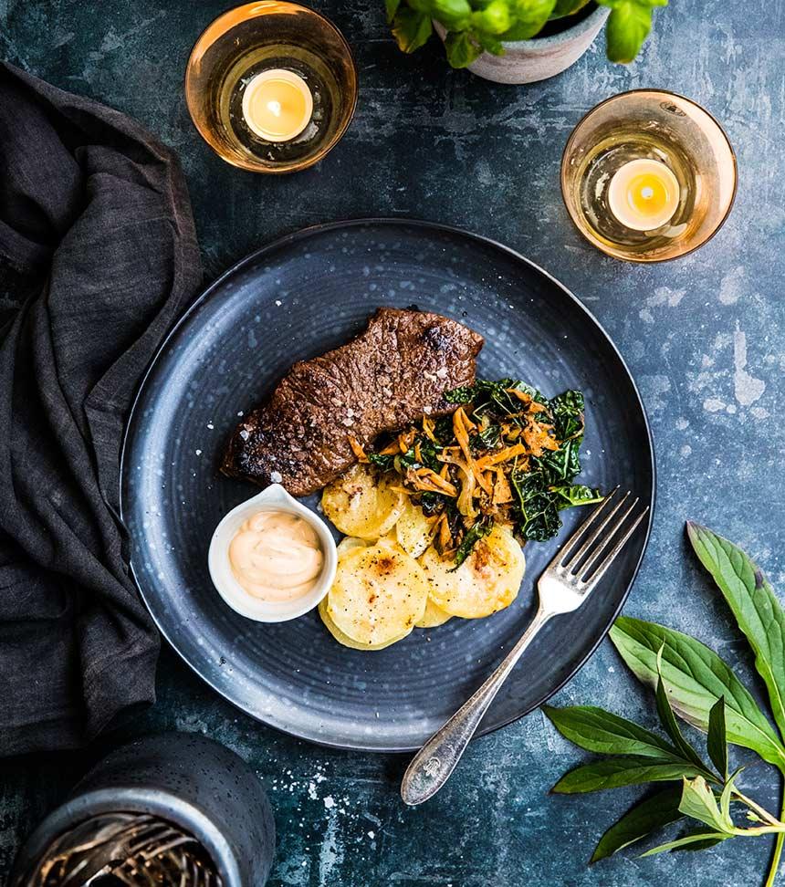 Ryggbiff med potatisgratäng, svamp och bearnaisesås