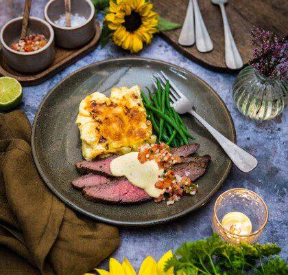 Flankstek med potatisgratäng, gröna bönor och pico de gallo