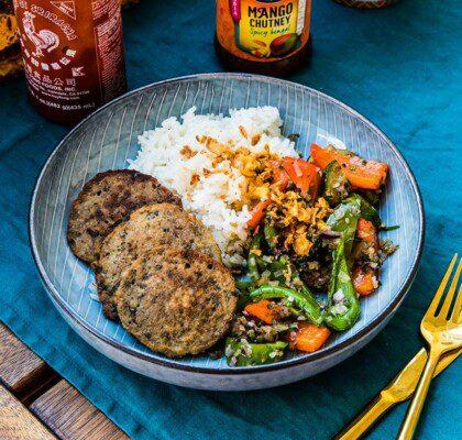 Vegetariska mungbönsbiffar med grönsaksfräs och ris